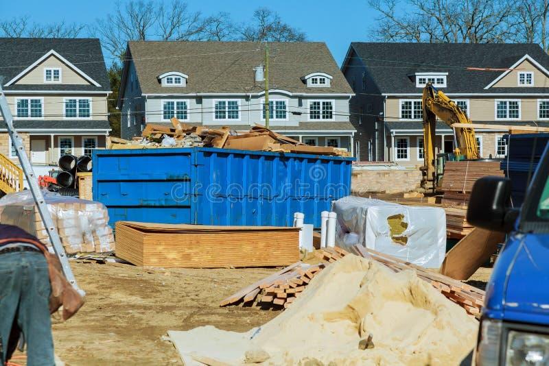 El envase azul de la ruina de construcción llenó de la roca y de escombros concretos Compartimiento de basura industrial foto de archivo libre de regalías