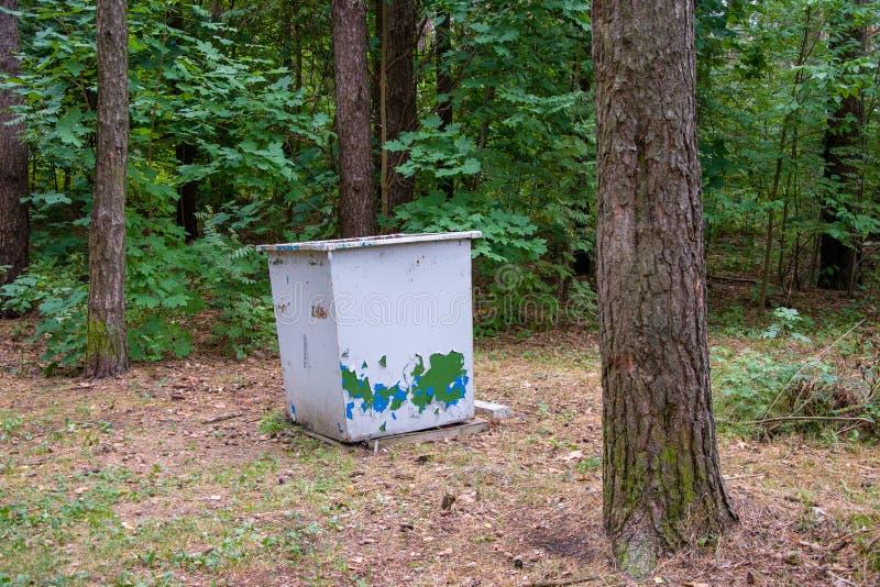 El envase para recoger la basura en un parque de la ciudad, recogiendo la ruina ambiental fotos de archivo libres de regalías