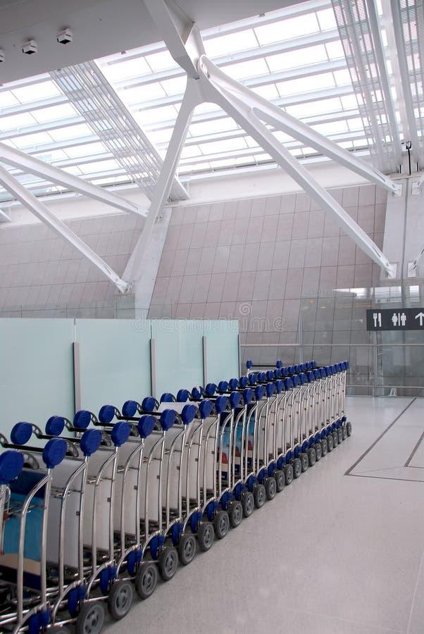 El equipaje carts el aeropuerto foto de archivo libre de regalías