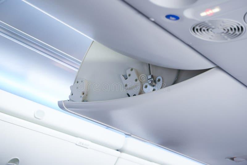 El equipaje de la cabina en cabine del aeroplano del detalle del aeroplano foto de archivo