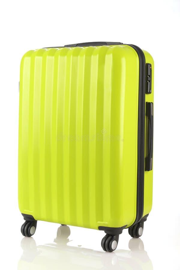 El equipaje que consiste en las mochilas grandes de las maletas y el viaje empaquetan aislado en blanco fotografía de archivo libre de regalías