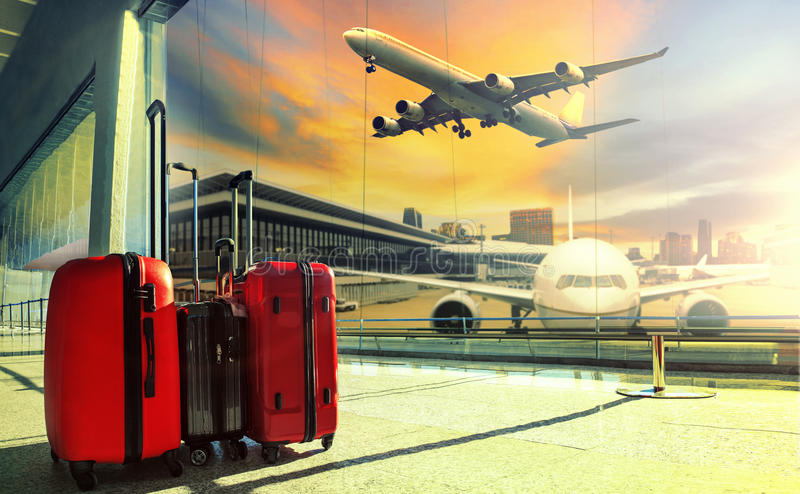 El equipaje que viaja en la terminal de aeropuerto y el avión de reacción vuelan fotos de archivo libres de regalías
