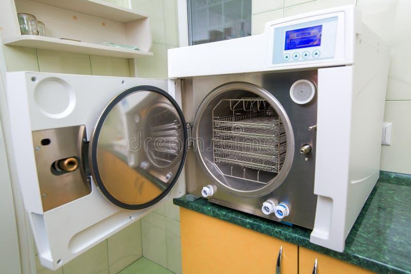 El equipamiento médico de la autoclave del esterilizador imagen de archivo