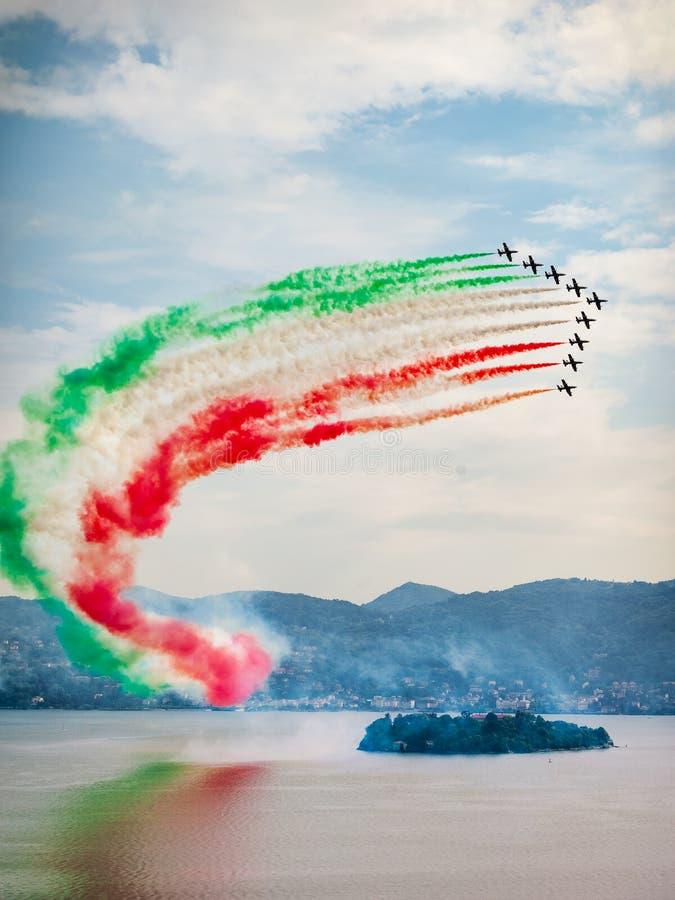 El equipo aeroacrobacia italiano el Frecce Tricolori foto de archivo