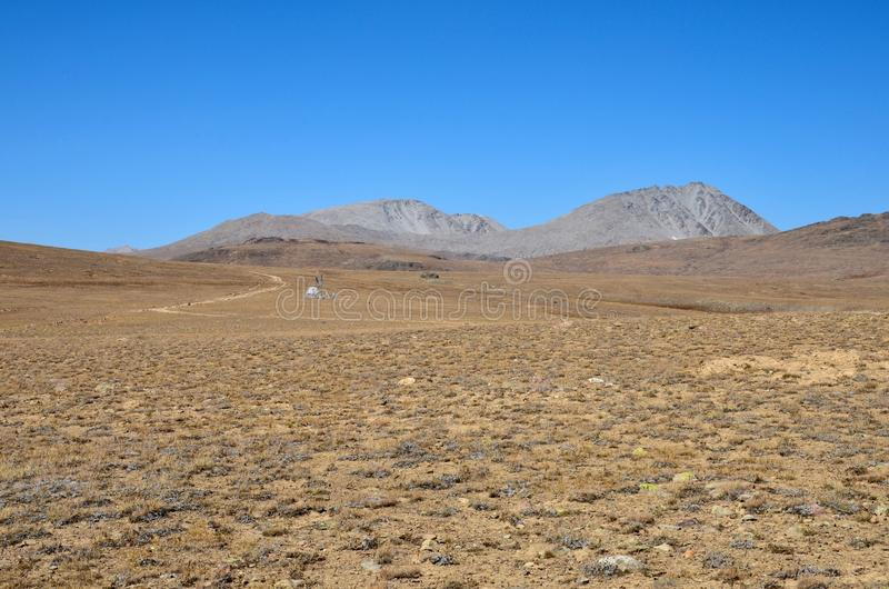 El equipo científico por el camino en Deosai seco y estéril aclara Gilgit-Baltistan Paquistán imágenes de archivo libres de regalías