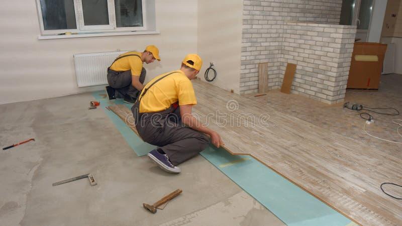 El equipo de constructores hace la renovaci?n del apartamento foto de archivo libre de regalías
