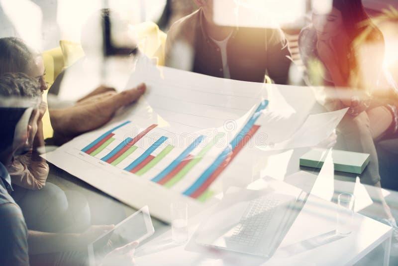 El equipo de gente trabaja junto en estadísticas de la compañía Concepto de trabajo en equipo y de sociedad Exposición doble imagenes de archivo