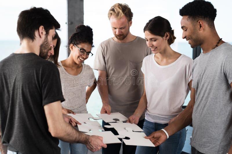 El equipo de hombres de negocios trabaja junto para una meta Concepto de unidad y de sociedad fotos de archivo