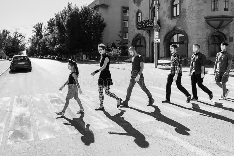 El equipo de imita cruces el camino uno tras otro imagenes de archivo