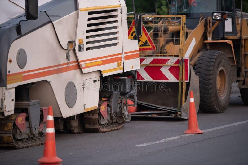 El equipo de la construcción de carreteras parqueó a lo largo del camino imagen de archivo