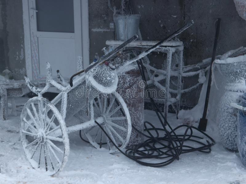 El equipo de la soldadura oxiacetilénica se fue en el invierno adentro al aire libre imagen de archivo