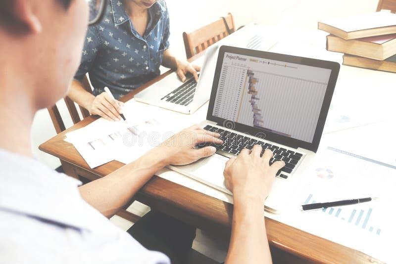 El equipo de lanzamiento del negocio brainstroming analiza y que se reúne al plani fotografía de archivo libre de regalías