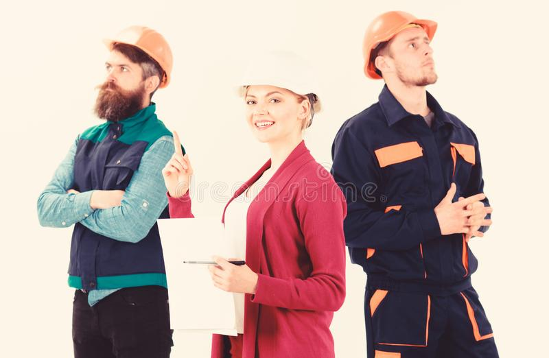 El equipo de los arquitectos, constructores con el encargado de la mujer, aisl? el fondo blanco imagen de archivo libre de regalías