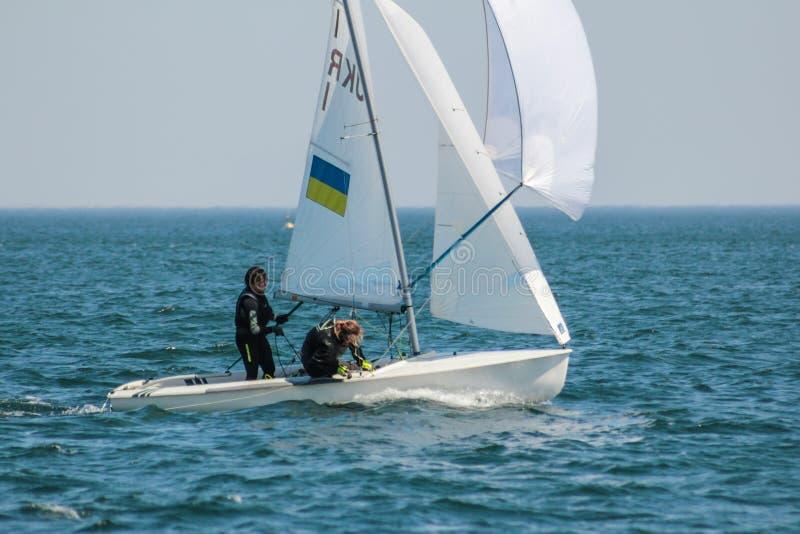 El equipo de mujeres que participa en la competencia navegante - regata, llevada a cabo en Odessa Ukraine SB20 - fotografía de archivo