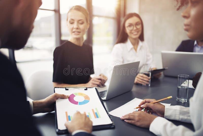 El equipo de persona del negocio trabaja junto en estadísticas de la compañía Concepto de trabajo en equipo imagenes de archivo