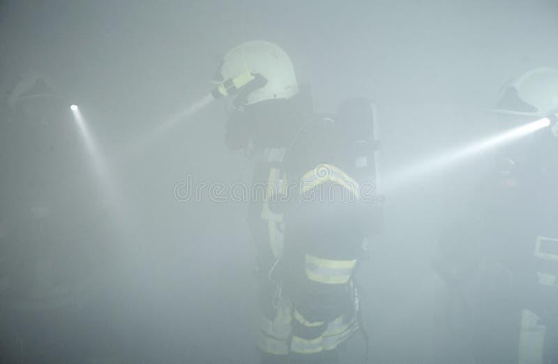 El equipo de rescate está en el cuarto humo-llenado imagen de archivo