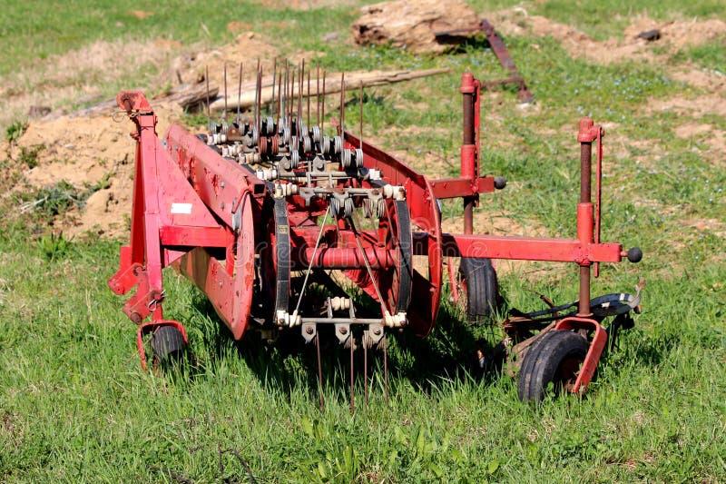 El equipo de torneado agrícola agrícola dilapidado de la henificadora de heno se fue en el campo local después de uso pesado rode fotos de archivo libres de regalías