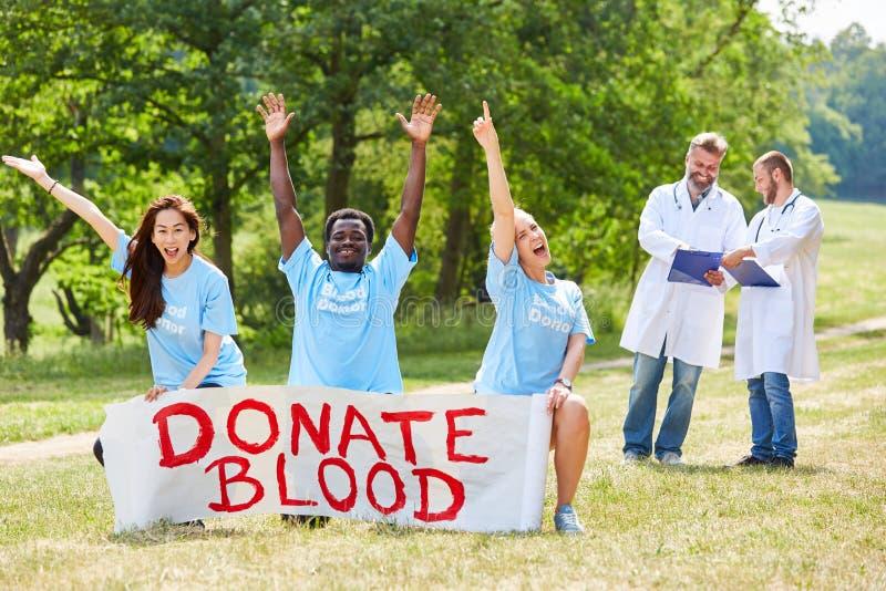 El equipo del activista promueve la donación de sangre fotografía de archivo libre de regalías