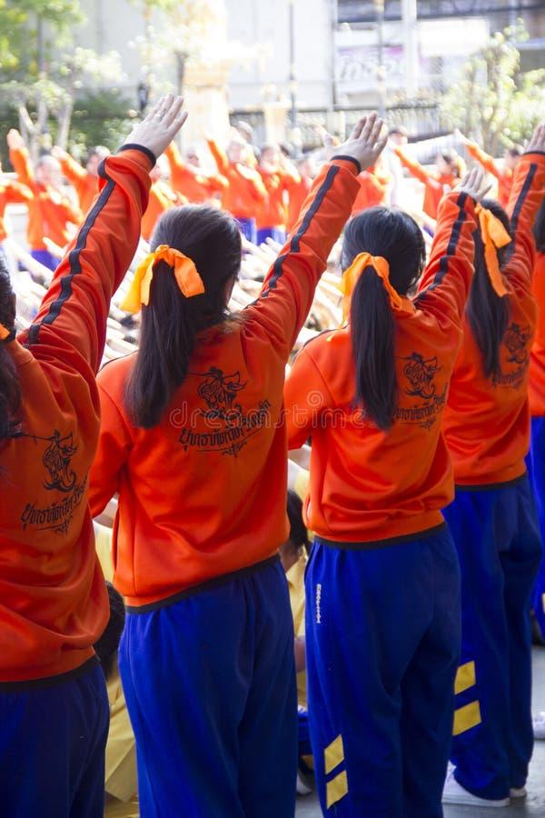 El equipo del líder de estudiantes trae para animar en día del día escolar del deporte fotos de archivo libres de regalías