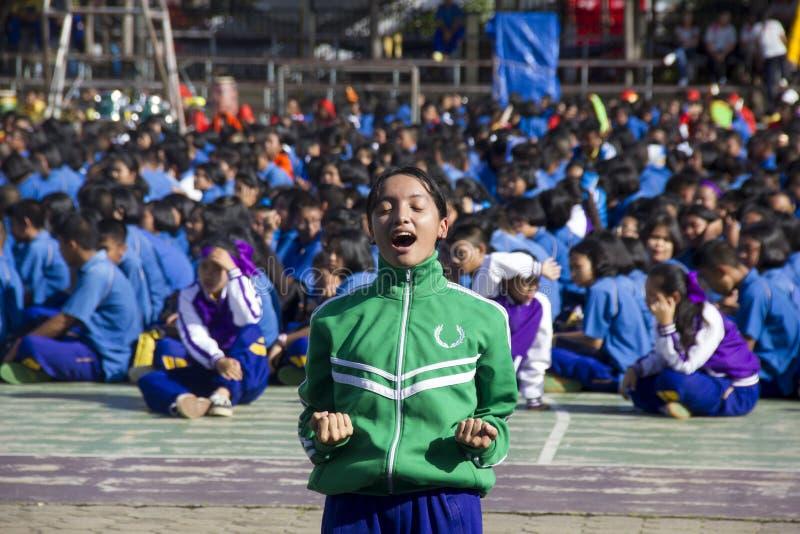 El equipo del líder de estudiantes trae para animar en día del día escolar del deporte imagenes de archivo