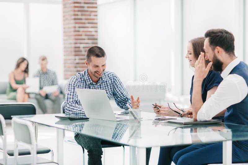 El equipo del negocio celebra una reuni?n de trabajo en la oficina foto de archivo libre de regalías