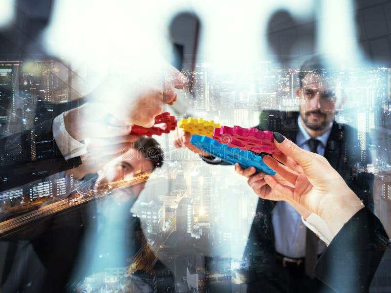 El equipo del negocio conecta pedazos de engranajes Trabajo en equipo, sociedad y concepto de la integraci?n Exposici?n doble ilustración del vector