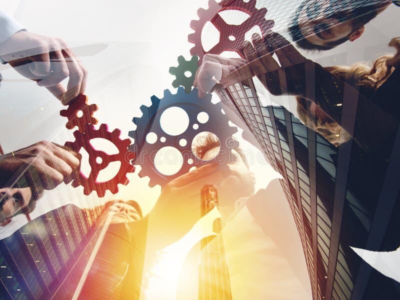 El equipo del negocio conecta pedazos de engranajes Trabajo en equipo, sociedad y concepto de la integraci?n Exposici?n doble fotografía de archivo libre de regalías