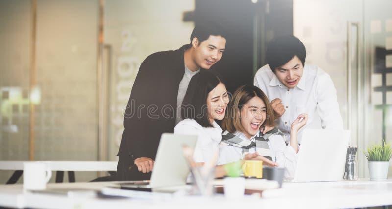 El equipo del negocio consigue encantado y salido foto de archivo libre de regalías