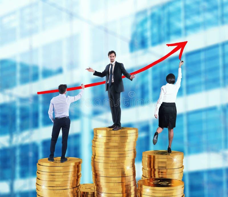 El equipo del negocio dibuja la flecha creciente de las estadísticas de la compañía sobre las pilas de dinero imagenes de archivo