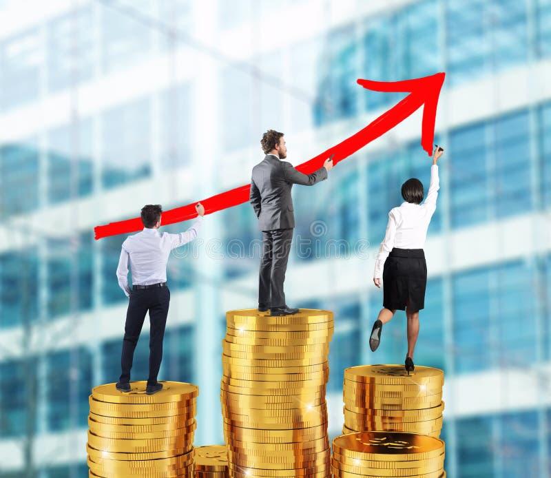 El equipo del negocio dibuja la flecha creciente de las estadísticas de la compañía sobre las pilas de dinero imagen de archivo libre de regalías