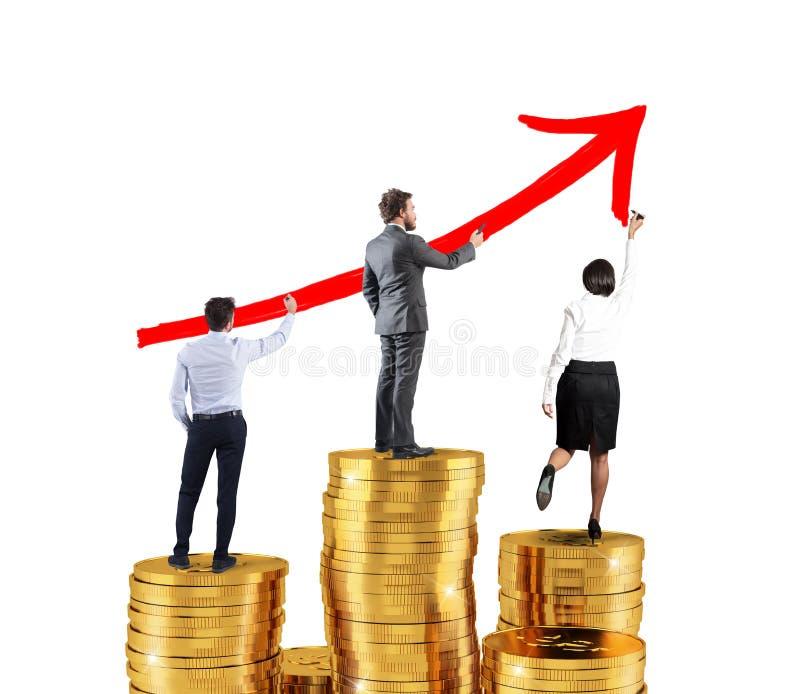 El equipo del negocio dibuja la flecha creciente de las estadísticas de la compañía sobre las pilas de dinero imágenes de archivo libres de regalías