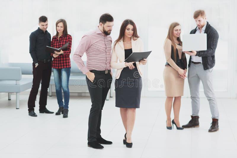 El equipo del negocio está esperando el taller en el pasillo de la oficina imagen de archivo libre de regalías