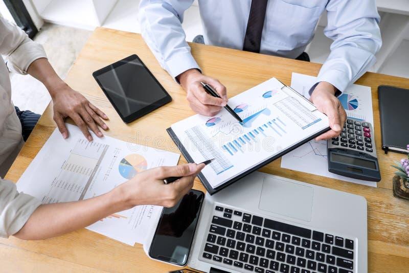 El equipo del negocio está trabajando con el líder, la presentación a los colegas y la estrategia empresarial y está teniendo una foto de archivo