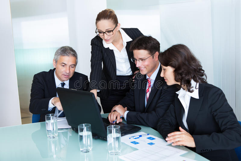 El equipo del negocio tiene una reunión imagen de archivo
