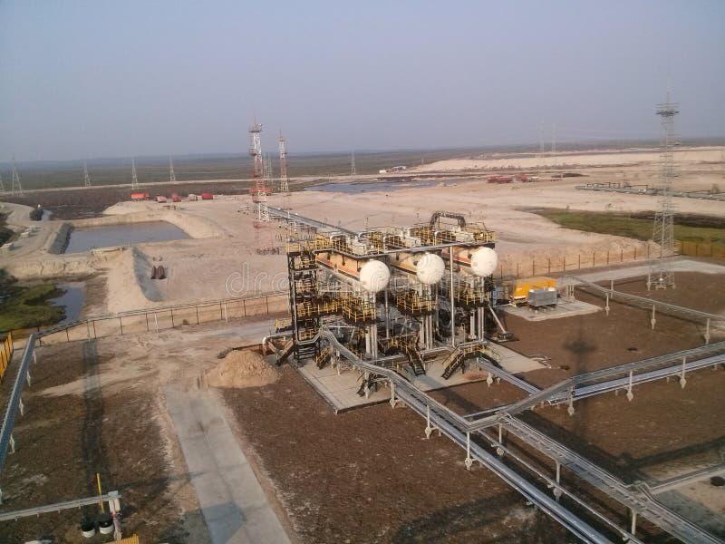 El equipo en los campos petrolíferos fotos de archivo
