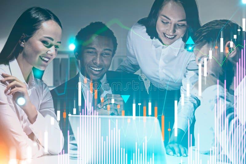 El equipo feliz del negocio en oficina, representa gráficamente libre illustration