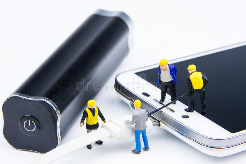 El equipo minúsculo miniatura de los juguetes de ingenieros está haciendo el cable conectado fotografía de archivo libre de regalías