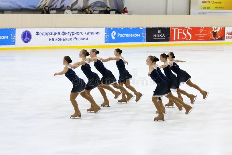 El equipo se realiza en la taza Open de patinaje sincronizado fotografía de archivo