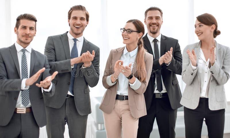 El equipo sonriente del negocio aplaude su ?xito fotografía de archivo libre de regalías