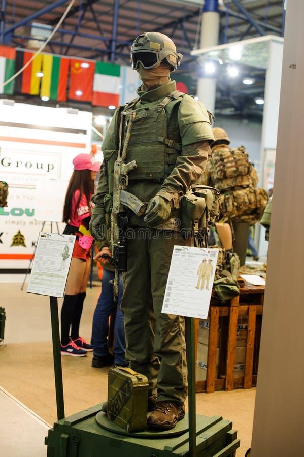 El equipo y las armas militares tácticos modernos demostraron en la exposición fotografía de archivo libre de regalías
