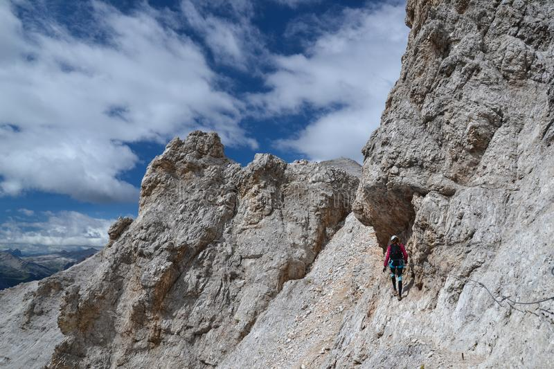 El escalador de la mujer camina en Ivano Dibona Path imagen de archivo