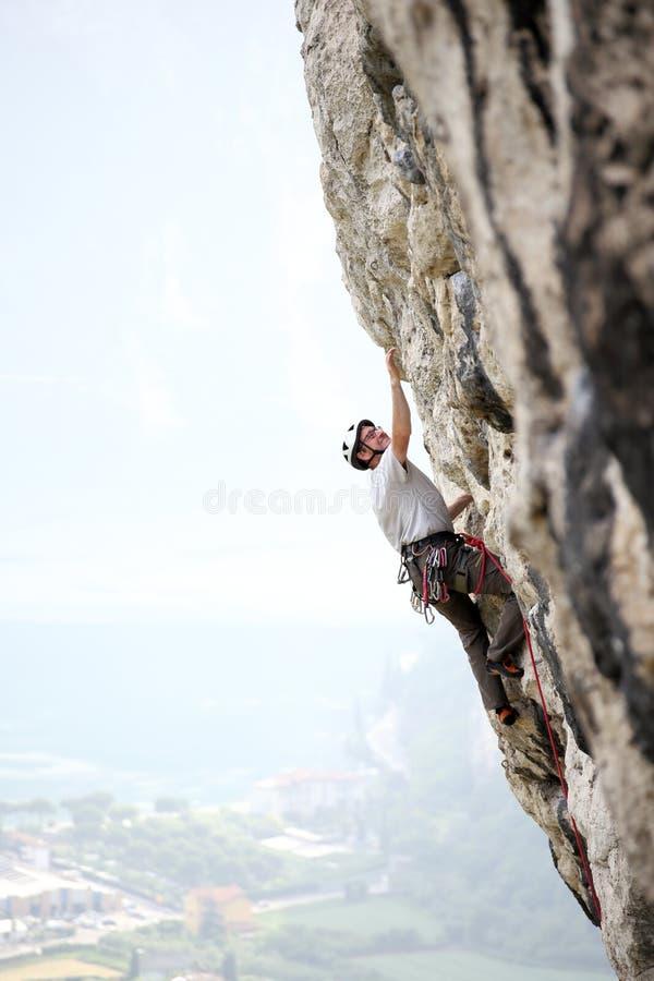 El escalador de roca está subiendo fotos de archivo libres de regalías