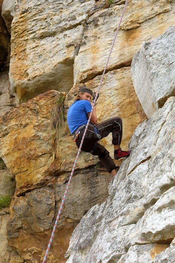 El escalador de roca mira abajo fotografía de archivo libre de regalías