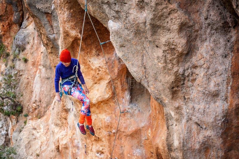El escalador está colgando en una cuerda imágenes de archivo libres de regalías