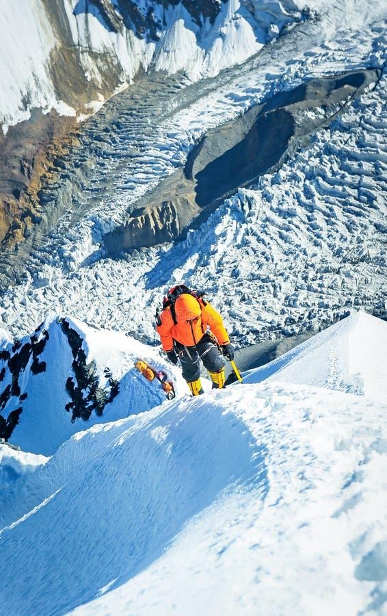 El escalador que alcanza la cumbre en Nepal imágenes de archivo libres de regalías