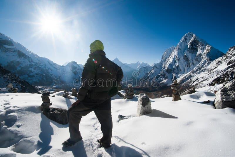 El escalador y Cho La pasan en la alba en Himalaya fotografía de archivo