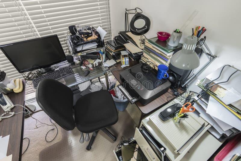 El escritorio de oficina sucio abajo ve imagen de archivo libre de regalías