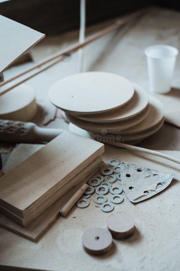 El escritorio de trabajo en el taller de madera, arte de madera foto de archivo