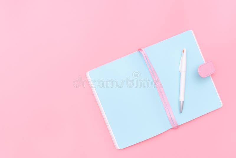 El escritorio del espacio de trabajo diseñó materiales de oficina del diseño en el CCB en colores pastel rosado imagen de archivo