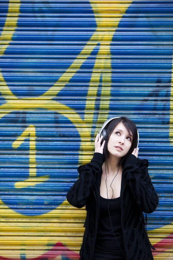 El escuchar adolescente la música fotografía de archivo
